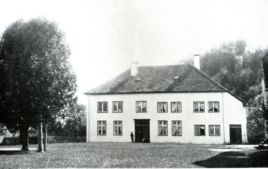 Holt gamle prestegård. Seminarsalen lå i 2. etasje i venstre fløy på fotografiet. Agderkultur.no