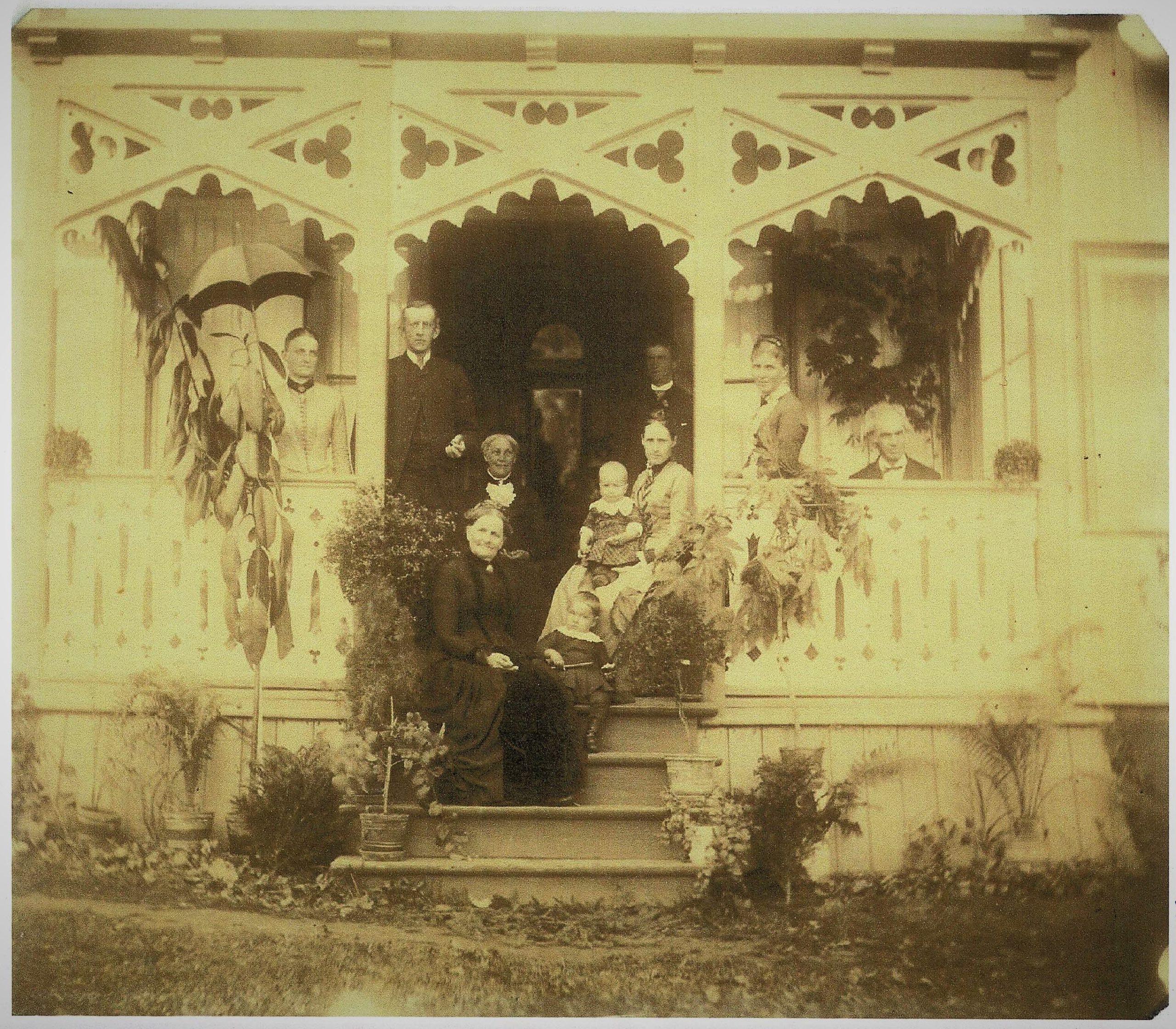 Figur 5: Familiesammenkomst utenfor «Fayes Pensionat» på Nedre Mehlum gård i Biri ca. 1890. Octavia Faye sitter på trappen og Christian Faye helt oppe til høyre. Foto: Privat eie.
